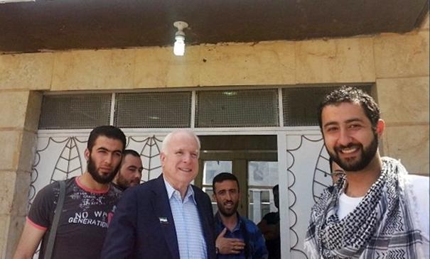 """John McCain med obiskom pri """"upornikih"""" v Siriji. Vir: Theblaze.com"""