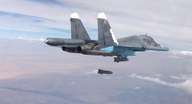 """Руският Су-34  нанася удар по """"Ислямска държава"""""""